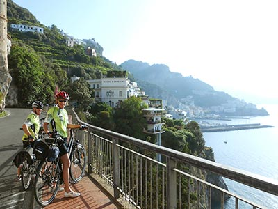 Picture of a couple during a cycling tour. Cycling Amalfi Coast