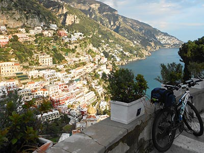 Visuale dall'alto di Positano, con mountain bike. Cycling Amalfi Coast
